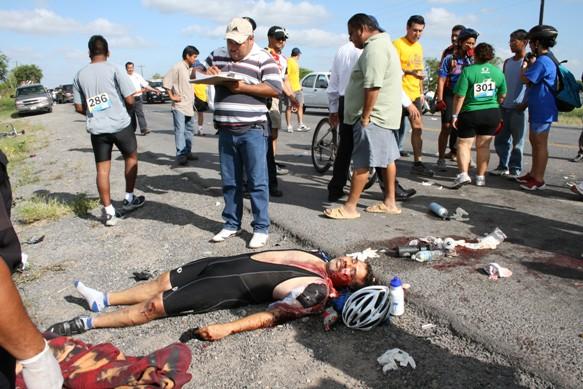 Auto embiste a ciclistas en Tour Matamoros Playa Bagdad